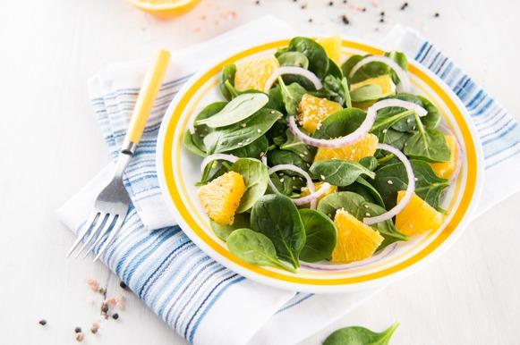Salada de espinafre, cebola roxa, laranja e grãos de gergelim