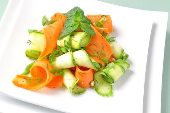 Salada de lascas de cenoura e abobrinha