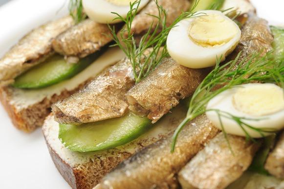 sardinha com fatias de abobrinha e metade de um ovo cozido