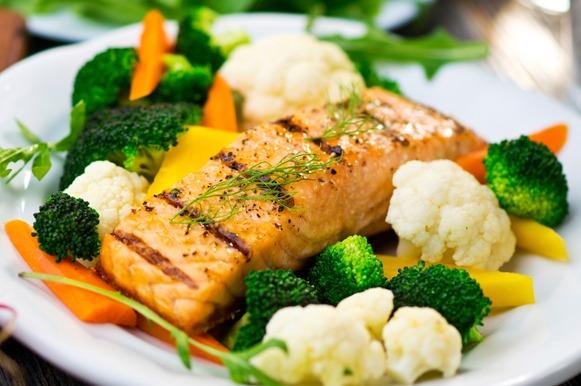 salmão grelhado com brócolis, couve-flor e cenoura