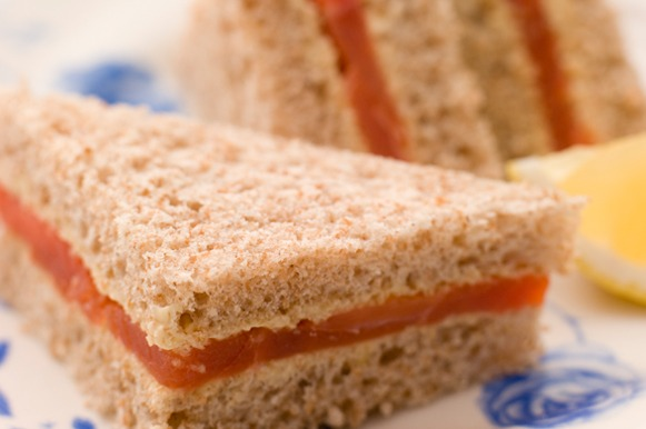 Sanduíche de queijo brie, pastrami, berinjela, tomate e rúcula