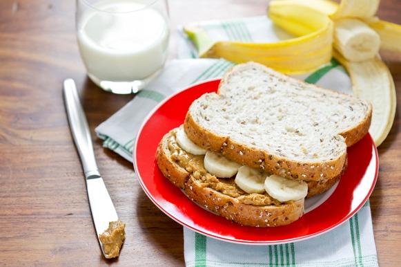 Sanduíche de pasta de amendoim com rodelas de banana