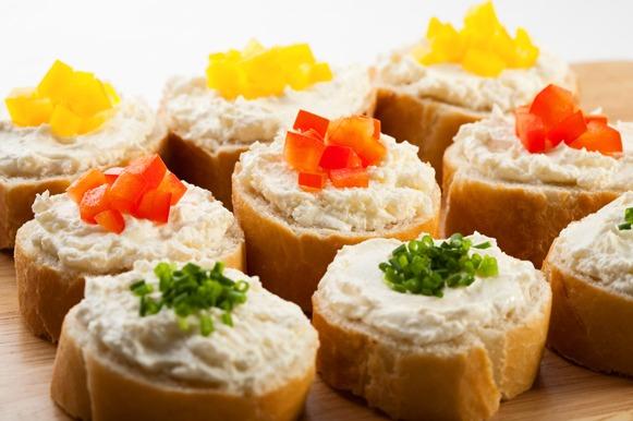 patê de atum com salsinha, tomate ou pimentão em cubos