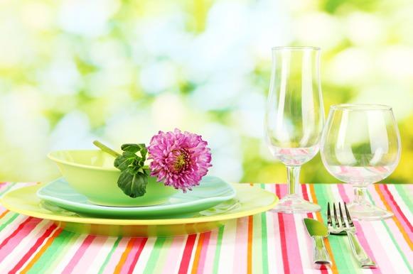 Os almoços ao ar livre permitem mesas coloridas