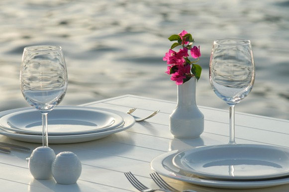 Evite a poluição visual na mesa, com muitas travessas, copos ou arranjos no meio