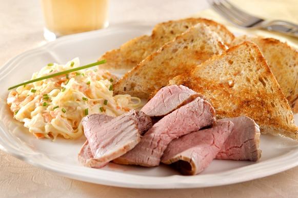 Rosbife com salada e pão de chia e macadâmia