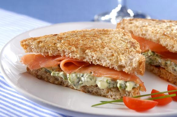 Sanduíche de salmão defumado com brócolis