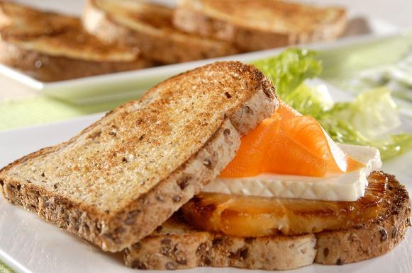 Sanduíche de linhaça com abacaxi e cenoura