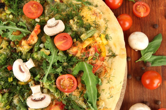 Pizza integral com cogumelos e brócolis