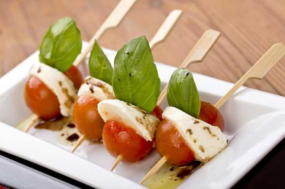 Canapés com tomate cereja e queijo branco