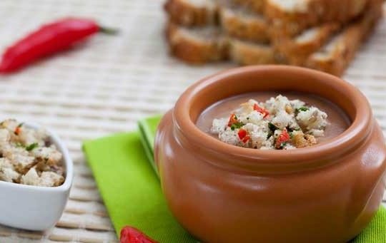 Caldinho de feijão com farofa de pão