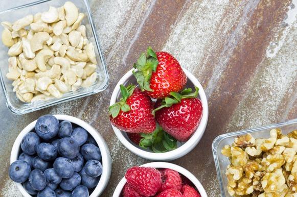 Porções de castanhas e frutas