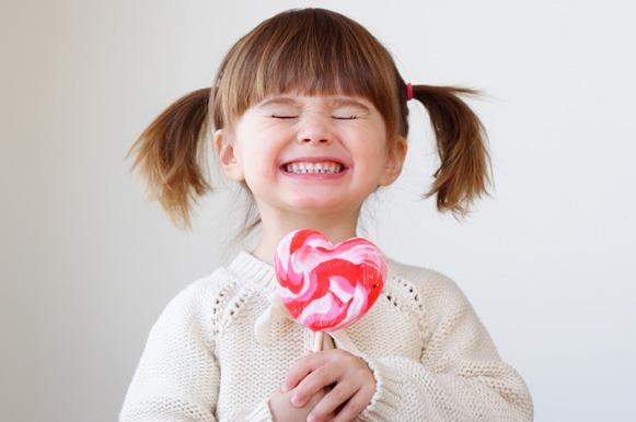Resultado de imagem para criança com doce