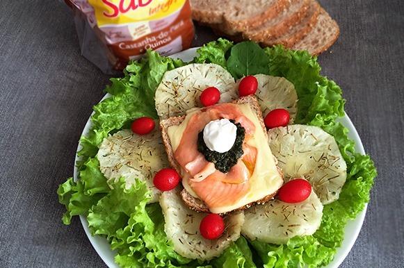 Sanduíche gratinado de salmão com abacaxi